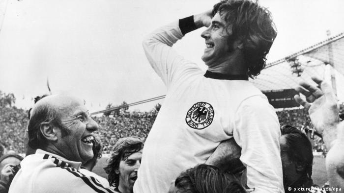 Gerd Müller wird nach WM-Finale 1974 gefeiert