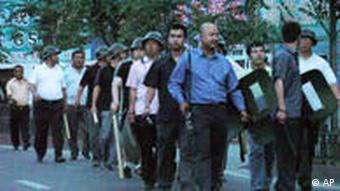 Eine Gruppe mit Stöcken und Helmen bewaffneter Chinesen(Foto: AP)