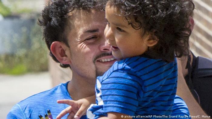 Ever Reyes Mejías sonríe a su hijo de tres años en los brazos el pasado 10 de julio de 2018 en un centro del Servicio de Inmigración y Control de Aduanas (ICE) situado en Grand Rapids, Michigan.