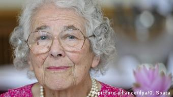 Rosto de mulher idosa de cabelos grisalhos encaracolados
