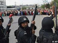 Policía fuertemente armada dispersa los enfrentamientos en Xiangyang.