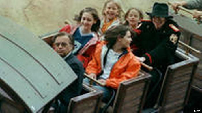 Phantasialand es un parque temático localizado en Brühl, en Renania del Norte-Westfalia. El parque abrió sus puertas en el año 1967. En sus aledaños hay dos hoteles de lujo. Por sus diversas atracciones, Phantasialand no solo es visitado por niños y jóvenes sino por estrellas fascinadas con sus montañas rusas, como Michael Jackson en 1997. Ver imagen!