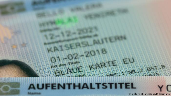 EU Blue Card status on a German ID (picture-alliance/dpa/D. Karmann)