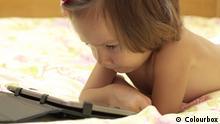 Symbolbild - Mädchen mit Tablet