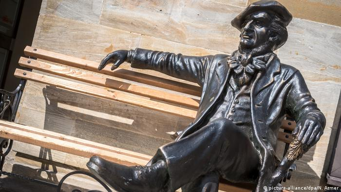 Bayreuther Festspiele 2015 - Richard-Wagner-Skulptur (picture-alliance/dpa/N. Armer)