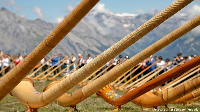 Schweiz - Alphorn-Festival in Nendaz (picture-alliance/dpa/V. Pinauda)