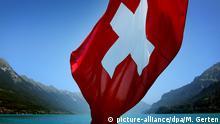 Schweiz - Schweizer Fahne weht an einem Schiff auf dem Brienzer See
