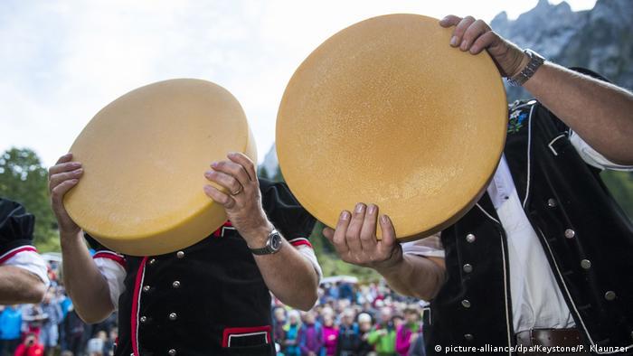 Chästeilet in der Schweiz - Landwirte und Käsemeister (picture-alliance/dpa/Keystone/P. Klaunzer)