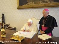 Benedicto XVI, al momento de firmar la nueva encíclica.