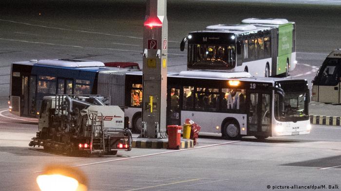 Deutschland Abschiebung von Flüchtlingen in München nach Afghanistan (picture-alliance/dpa/M. Balk)