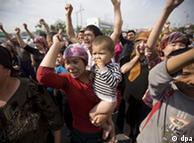 乌鲁木齐街头抗议的维族妇女