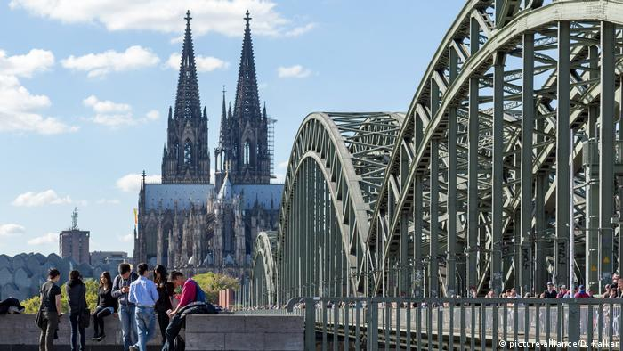Cologne Cathedral seen from a distance with the train bridge in the foreground (picture-alliance/D. Kalker)