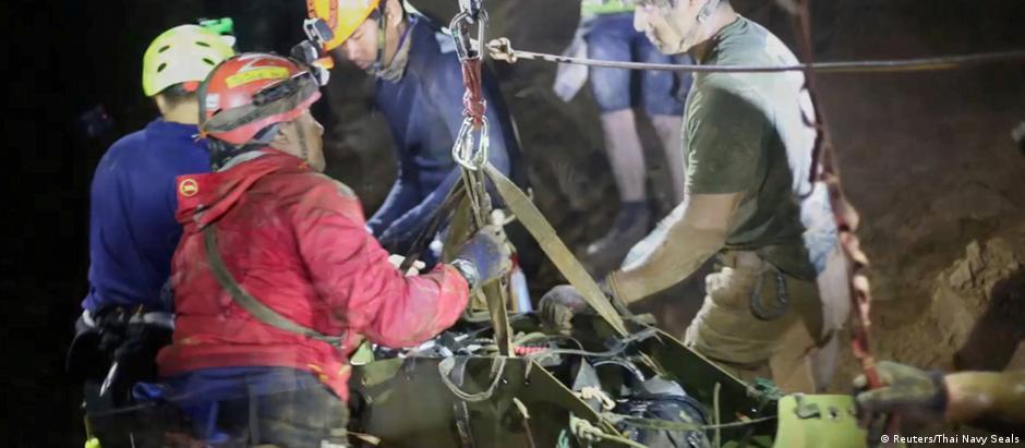 Imagem do resgate divulgada pelas autoridades tailandesas