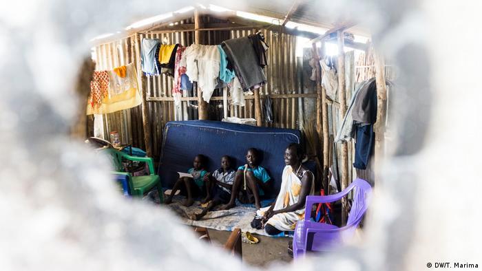 Akwata Umot Okok and her children in her hut (photo: DW/T. Marima)