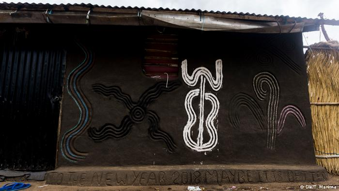 A refugee home deocorated with traditional Anuak patterns (photo: DW/T. Marima)