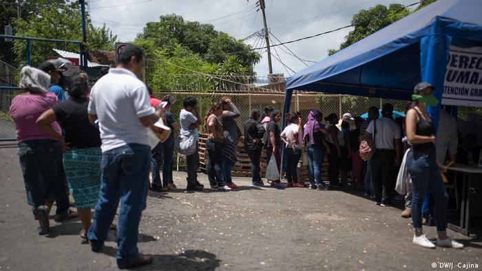 Desde abril pasado, el aparato represor del gobierno de Daniel Ortega ha detenido a miles de manifestantes y, según cifras de organizaciones civiles de Nicaragua, habría 552 opositores en prisión, la mayoría ciudadanos o dirigentes que participaban en las protestas. Este joven espera fuera de la prisión El Chipote, noticias de sus familiares y amigos.