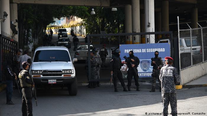 De 121 detenciones por razones políticas reportadas desde el inicio de la cuarentena en marzo, 10 corresponden a personas que se han referido a la pandemia, en especial trabajadores de la salud, declaró en una videoconferencia Alfredo Romero, director de la ONG, que es crítica del gobierno de Nicolás Maduro y cifra en 362 los presos políticos (07.05.2020)
