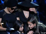 Michael Jackson'un Staples Center'deki cenaze töreni: Kardeşi Janet Jackson (solda), La Toya Jackson, (sağda), Michael Jackson'un çocukları Prince Michael  ve Paris Jackson ile