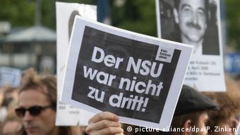 Deutschland | Proteste nach dem Urteil im NSU-Prozess (picture-alliance/dpa/P. Zinken)