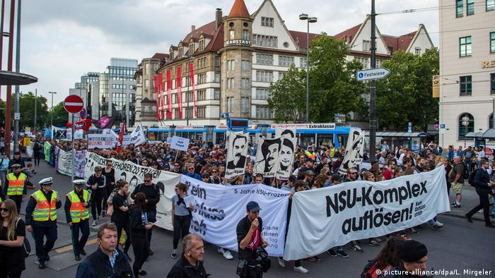 People march in the streets to protest for more clarification after the NSU verdict (picture-alliance/dpa/L. Mirgeler)