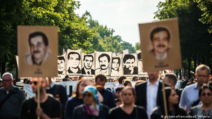 Protesters in Munich held up posters of the NSU's murder victims (picture-alliance/dpa/L. Mirgeler)