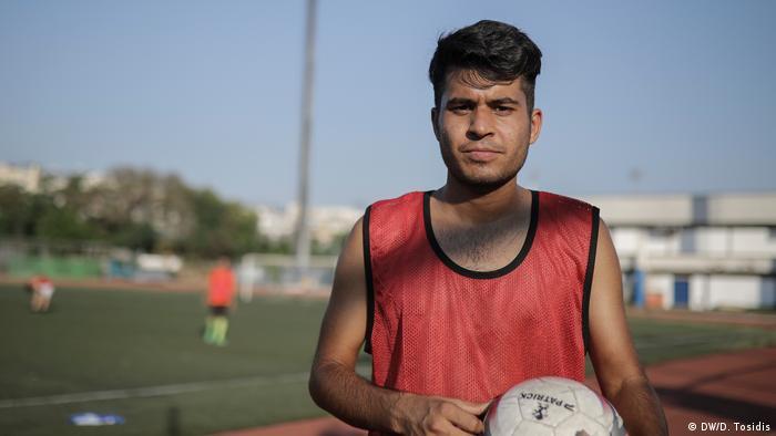A refugee holding    a football (DW/D. Tosidis)