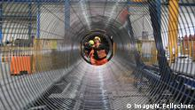Workers coating a pipe segment (Imago/N. Fellechner)