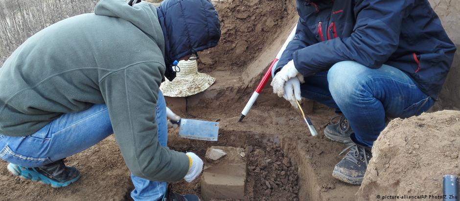 Pesquisadores durante os trabalhos no sítio arqueológico do Planalto de Loess