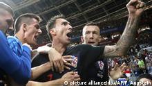 WM Russland 2018 l Halbfinale l Kroatien vs England - Ivan Rakitic und Mario Mandzukic feiern mit einem Fotografen