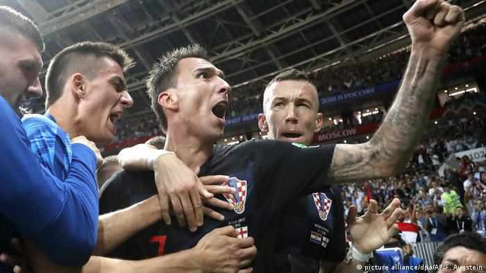 WM Russland 2018 l Halbfinale l Kroatien vs England - Ivan Rakitic und Mario Mandzukic feiern mit einem Fotografen (picture alliance/dpa/AP/F. Augstein)
