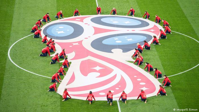 Logo der WM als Banner auf dem Rasen (imago/S.Simon)