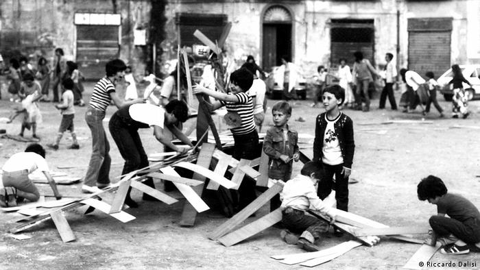 Children building with wood (Riccardo Dalisi)