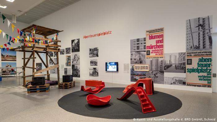 Treehouse and plastic playground toys (Kunst- und Ausstellungshalle d. BRD GmbH/L.Schmid)
