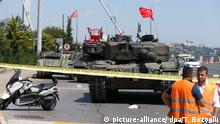 Turkish tanks on the Bosporus Bridge (picture-alliance/ dpa/T. Bozoglu)