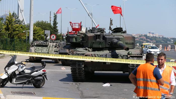 Bloqueio policial após tentativa de golpe militar na Turquia, em julho de 2016