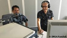 SES-Vertreter in Jakarta Adam Pamma (links) mit DW Reporter Hendra Pasuhuk im DW-Studio Bonn