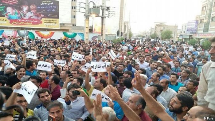 اعتراضات مردم کازرون نسبت به کمبود آب