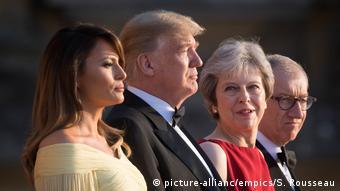Η βαριά ατμόσφαιρα που επικρατεί στην πρώτη επίσημη επίσκεψη του προεδρικού ζεύγους στο Ηνωμένο Βασίλειο προκλήθηκε από τη συνέντευξη του κ. Τραμπ στην οποία επικρίνει την Τερέζα Μέι