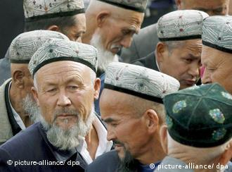 A crowd of Islamic Uyghur men exit the Idkah Mosque (built 1442 AD) after prayer time in Kashgar during the ongoing holy month of Ramadan, China's Xinjiang Uyghur Autonomous Region, Friday 13 October 2006. While under the sovereignty of China's capital, Islamic Kashgar is located about 3,800 km from Beijing yet less than 400 km from Pakistan, Tajikistan and Afghanistan. Business and work in the city slows down considerably during Ramadan, a period of abstinence during daylight hours from food, alcohol, smoking and sexual intercourse. Foto: EPA/MICHAEL REYNOLDS +++(c) dpa - Report+++