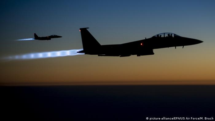 Syrien US F-15 Kampfflugzeug (picture-alliance/EPA/US Air Force/M. Bruch)
