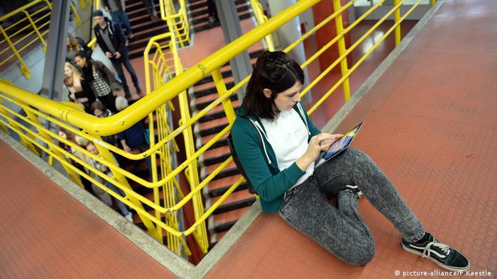 Studentin arbeitet am Tablet
