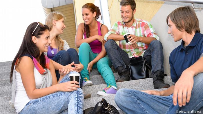 Berkumpul bersama teman (picture-alliance)