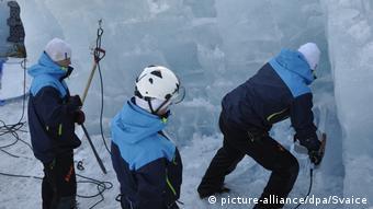 Εργαζόμενοι της εταιρείας αφαιρούν πάγο κατά τη δοκιμαστική φάση