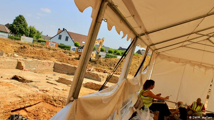 Archaeological dig site at Wijtschate, Belgium, excavating remnants of a World War I trench network; photo taken 06.07.2018. Archaeologists and anthropologists work uncovering remains in a small tent, this site was the location of two mass graves for Bavarian soldiers, believed to have been buried there in 1914. (DW/M. Hallam)