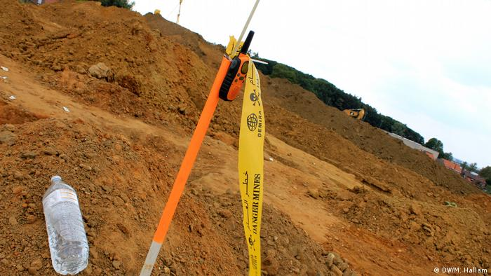 Archaeological dig site at Wijtschate, Belgium, excavating remnants of a World War I trench network; photo taken 06.07.2018. The mine stick alarm site in the center of the dig site, where excavators can radio for the site's explosives expert to come and deal with any unexploded ordinance they uncover. (DW/M. Hallam)