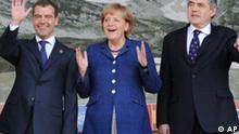 Der russische Praesident Dmitri Medwedew, links, Bundeskanzlerin Angela Merkel, Mitte, und der britische Premierminister Gordon Brown kommen am Mittwoch, 8. Juli 2009 in L' Aquila zum Familienfoto. In L' Aquila findet vom 8. Juli bis 10. Juli 2009 der diesjährige G8-Gipfel statt. (AP Photo/Peer Grimm, Pool)--------------- Russian President Dmitry Medvedev, left, German Chancellor Angela Merkel, center, and British Prime Minister Gordon Brown, right, wave at the media at during the family photo opportunity in L'Aquila, Italy, prior to the G8 summit. (AP Photo/Peer Grimm/Pool)