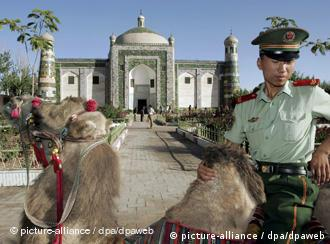 A Han Chinese paramilitary police officer rides a camel at the Apak Hojak Tomb, established in 1640 to commemorate the late influential king of the Islamic Uyhgur ethnic group in Kashgar, China's Xinjiang Uyghur Autonomous Region, Monday 29 August 2005. The Islamic Uyghurs comprise 75% of Kashgar's population and are the largest ethnic group in the autonomous region yet major industries such as oil, transportation and banking are controlled by Beijing. Xinjiang, which is five times geographically larger than France, was once a thriving part of the Silk Road until after the Tang Dynasty (618AD - 907AD) but is now mired in poverty compared with other regions of China. Foto: MICHAEL REYNOLDS +++(c) dpa - Report+++