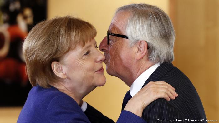 Jean-Claude Juncker kissing Angela Merkel (picture-alliance/AP Images/Y. Herman)