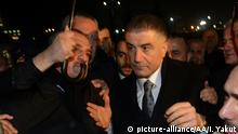 ARCHIV 2014 +++ ISTANBUL, TURKEY - MARCH 11: Prominent detainee (a mafia leader with alleged links to the 'deep state') Sedat Peker in the Ergenekon coup plot case released from Silivri Prison in Istanbul following the 8th and the 21th High Criminal Courts' order in Istanbul, Turkey on March 10, 2014. Islam Yakut / Anadolu Agency | Keine Weitergabe an Wiederverkäufer.
