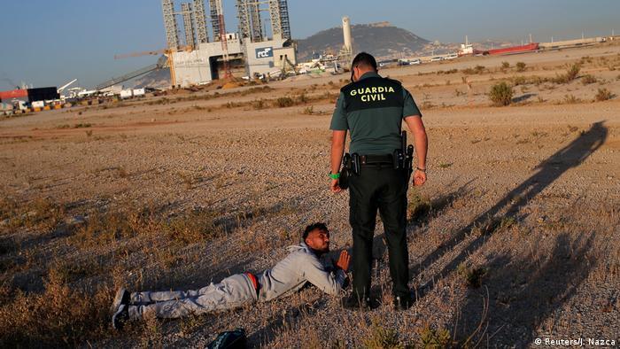 Südspanien Guardia Civil Bootsflüchtling (Reuters/J. Nazca)